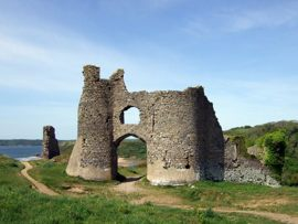 Walk to the historic Pennard Castle